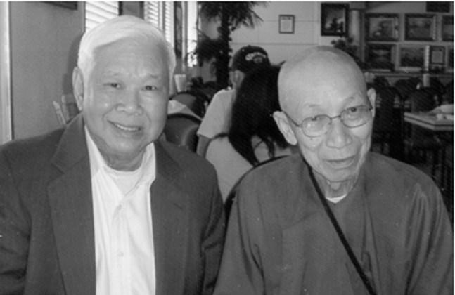 Đại Tá Trần Văn Tự (phải) pháp hiệu là Tỳ Kheo Thích Không Chiếu và tác giả ho dac huan