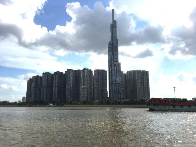 Khu cao ốc Vinhomes và toà nhà 81 tầng nhìn từ sông Sài Gòn