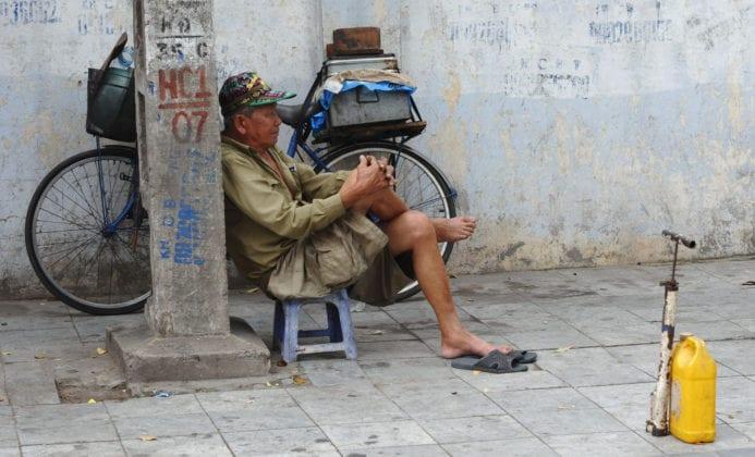 Thợ sửa xe lề đường - Hà Nội mưu sinh