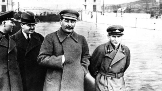 Phương pháp lãnh đạo kiểu Stalin dùng bộ máy an ninh để khủng bố nhân dân và cán bộ đảng cộng sản