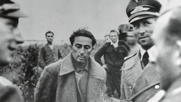 Yakov Dzhuhashvili bị quân Đức hỏi cung sau trận Smolensk năm 1941 - ông tự sát chết trong tù năm 1943