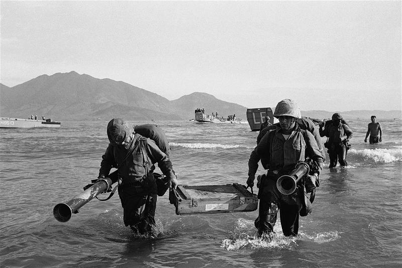 Members of the 9th U.S. Marine Expeditionary Force go ashore in Danang, South Vietnam, March 8, 1965. quandoihoakydobova