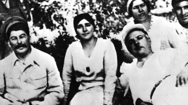 Từ trái Stalin và vợ, Nadezhda Alliluyeva